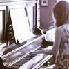 前奏的钢琴刚刚响起,滚烫的眼泪已落满地