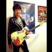 华子玩儿吉他